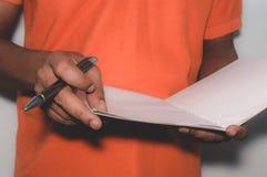 AfroamerikanerGeschäftsmannstellung und Arbeiten mit Dokumenten lizenzfreies stockbild