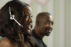 AfroamerikanerGeschäftsfrau, die ein Kundenbesuch entgegennimmt Lizenzfreies Stockbild