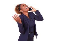 AfroamerikanerGeschäftsfrau, die einen Telefonanruf macht Lizenzfreie Stockfotografie
