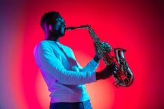 Afroamerikanerjazzmusiker, der das Saxophon spielt lizenzfreies stockfoto