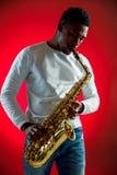 Afroamerikanerjazzmusiker, der das Saxophon spielt stockbild