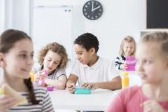 Afroamerikanerjunge, der das Mittagessen in der Schule-` s Kantine isst lizenzfreie stockfotografie