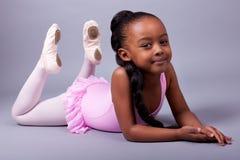 Afroamerikanermädchen, das ein Balletkostüm trägt Lizenzfreies Stockfoto