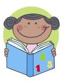 Afroamerikanermädchen, das ein Buch liest Lizenzfreies Stockfoto