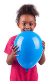 Afroamerikanermädchen, das einen blauen Ballon anhält Stockbilder