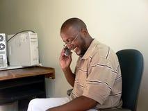 Afroamerikanermann auf Mobiltelefon stockbilder