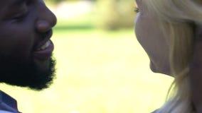 Afroamerikanermann, der auf Backe küsst und seine Freundin, hintere Ansicht umarmt stock video