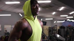 Afroamerikanermann, der auf Tretmühle in der Turnhalle, Herz Übung läuft stock video footage