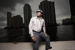 Afroamerikanermann in der Dunkelheit Lizenzfreies Stockbild