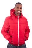 Afroamerikanermann, der einen Wintermantel trägt Lizenzfreies Stockfoto