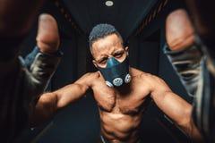 Afroamerikanermann in der Maske, die selfie in der Turnhalle tut schwarzer Mann, der Kamera- und Griffhände auf Kamera betrachtet Stockfotos