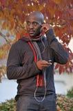 Afroamerikanermann, der Musik hört Lizenzfreie Stockfotografie