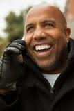 Afroamerikanermann, der am Telefon spricht Stockfotos