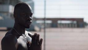 Afroamerikanermann, der zum Gott auf der Straße betet und die Kamera untersucht Konzept des Glaubens, Religion, Armut stock video