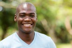 Afroamerikanermann draußen Lizenzfreie Stockbilder