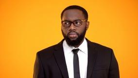 Afroamerikanermann im Anzug, der Nebenwirkung, Sehverm?gen und Augenheilkunde schaut stockfoto