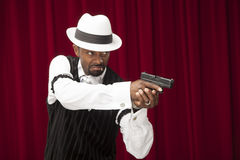 Afroamerikanermann kleidete in einer Retro- Gangsterklage an Lizenzfreie Stockfotos