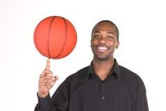 Afroamerikanermann und -basketball Stockfoto