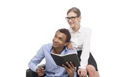 Afroamerikanermann und blonde Frau im Lehnsessel Stockbilder