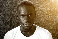 Afroamerikanermannbratenfett mit Schweiß Stockfotos