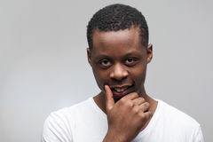 Afroamerikanermannporträt auf grauem Hintergrund Lizenzfreies Stockbild