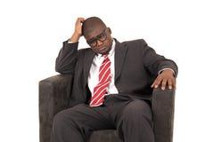 Afroamerikanermodell im Anzug, der unten schaut Stockfotos