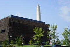 Afroamerikanermuseum und Washington-Monument Stockfotografie