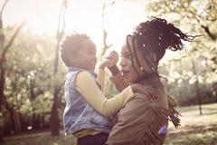 Afroamerikanermutter in der Natur lizenzfreie stockbilder