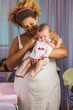 Afroamerikanermutter, die ihr Baby umarmt Lizenzfreies Stockfoto