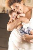 Afroamerikanermutter, die ihr Baby umarmt Stockbilder
