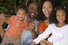 Afroamerikanermutter und Vater und ihre Kinder lizenzfreies stockbild