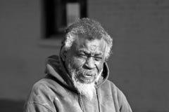 Afroamerikanerobdachlose bemannen Lizenzfreie Stockfotos