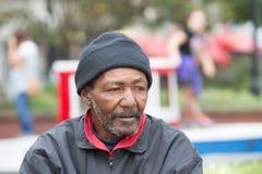 Afroamerikanerobdachlose bemannen stockbild