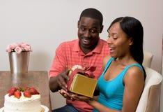 Afroamerikanerpaare, die Geschenke austauschen Stockfoto