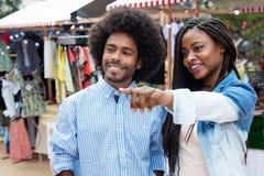 Afroamerikanerpaare am Markt stockfotos