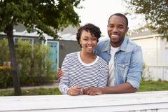 Afroamerikanerpaare schauen zur Kamera außerhalb ihres Hauses Stockbild