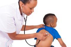 Afroamerikanerärztin mit Kind Stockbild