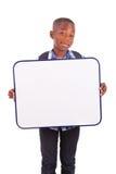 Afroamerikanerschuljunge, der ein leeres Brett - schwarze Menschen hält Stockfotografie