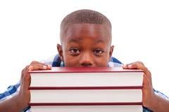Afroamerikanerschuljunge mit Stapel ein Buch - schwarze Menschen Stockbild