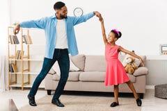 Afroamerikanervatertanzen mit seiner kleinen Tochter lizenzfreies stockbild