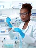 Afroamerikanerwissenschaftler, der im Labor arbeitet stockfotografie