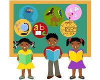 afroamerykańscy dzieci z książkami w ich rękach blisko wsiadają Zdjęcia Royalty Free