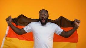 afroamerykańska mężczyzny falowania niemiec flaga, wielbiciel sportu faworyta podporowa drużyna zbiory wideo