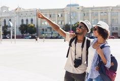 Afroamerykańska para turyści zwiedza w mieście fotografia royalty free