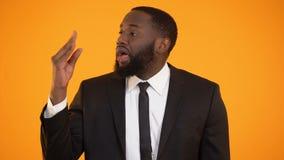 Afroamerykańska samiec pokazuje znaka bla bla bla, sfałszowana wiadomość, nierzetelna informacja zbiory