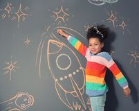 afroamerykański dziecko bawić się z kredy rakiety rysunkiem fotografia stock