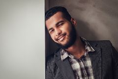afroamerykański facet opiera na ścianie i patrzeje daleko od obrazy royalty free
