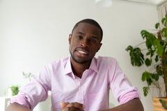 Afroamerykański mężczyzna opowiada na sieci kamerze, wideo wezwanie, headshot fotografia royalty free