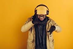 afroamerykański mężczyzna słucha muzyka w hełmofonach fotografia stock