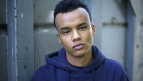 Afroamerykański nastolatek patrzeje kamerę, statystyki bezdomni dzieci zdjęcie wideo